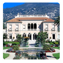 The front of Villa Ephrussi de Rothschild and the gardens